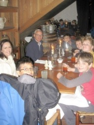 students and chaperones having dinner at Williamburg trip